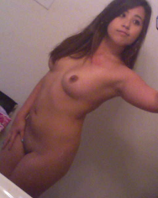 lovely Filipina girlfriend's naked self photos leaked