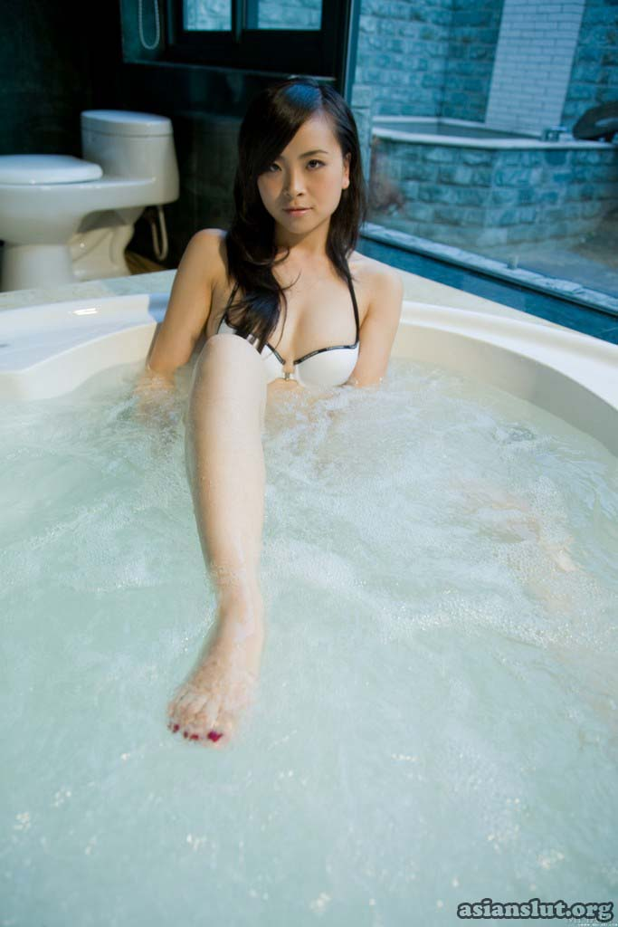 beautiful chinese model katys private nude bathing photos