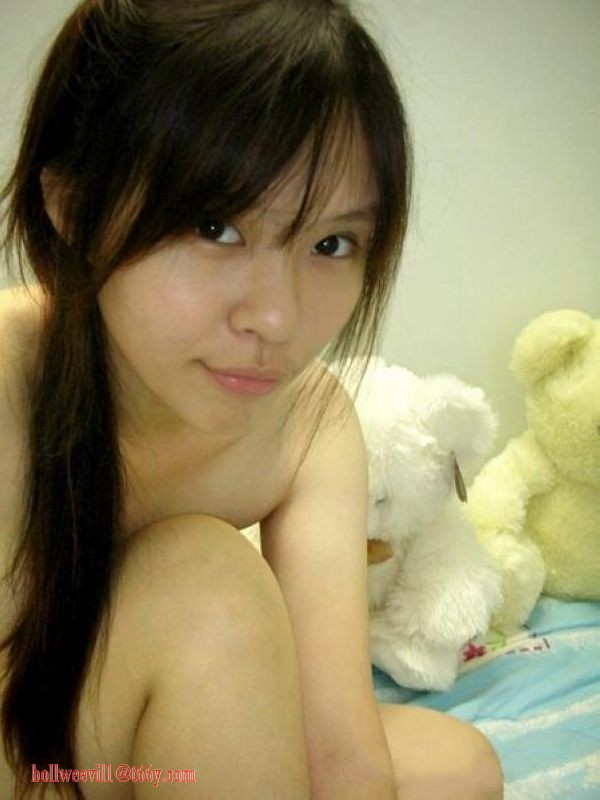 Beautiful Chinese schoolgirl with lovely pink areola exposes nude in selfshot stripping Bra