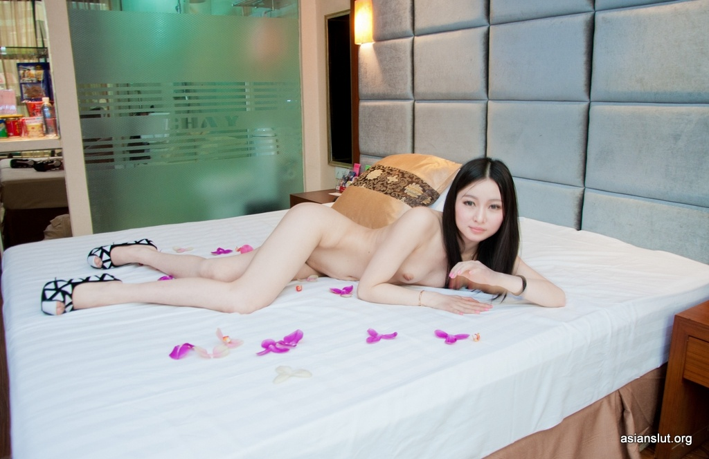 beautiful chinese model huanhuan pose nude