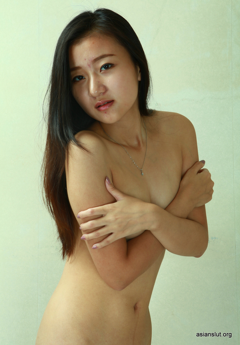 lovely Asian girl yulu Showing Off Her Flexibility And Nude Body In A Hotel Room